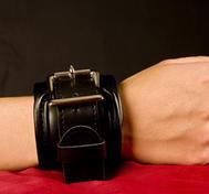 Weiche, gepolsterte Handschellen aus PU-Leder.