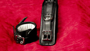 Abschließbare gepolsterte Leder-Handfesseln (in verschiedenen Farben)